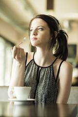Porträt der jungen Frau im Café