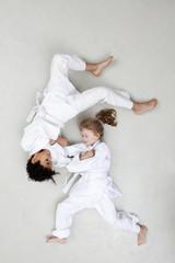 Jungen und Mädchen üben Judo