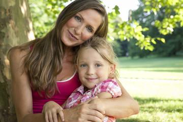 Deutschland, Berlin, Mutter mit Tochter im Park