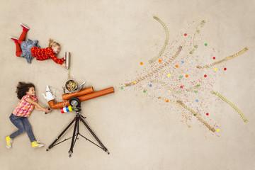 Mädchen schießen mit Konfetti-Kanone