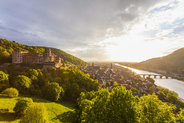 Deutschland, Baden-Württemberg, Heidelberg, Blick auf das Heidelberger Schloss, die Altstadt und Alte Brücke gegen die Abendsonne
