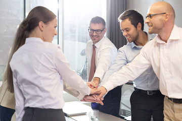 fünf lächelnde Geschäftsleute