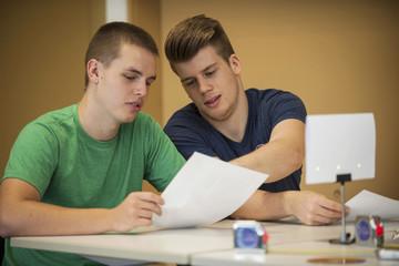 Zwei Berufsschüler im Klassenzimmer diskutieren