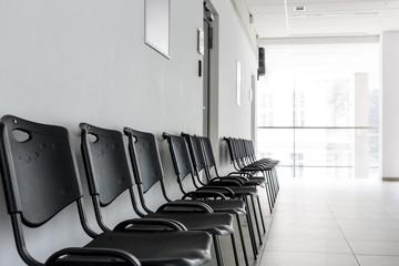Polen, Warschau, Reihe von schwarzen Stühlen in einem Korridor von der Technischen Universität