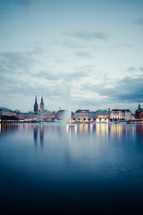 Deutschland, Hamburg, Binnenalster und Alsterfontäne am Abend