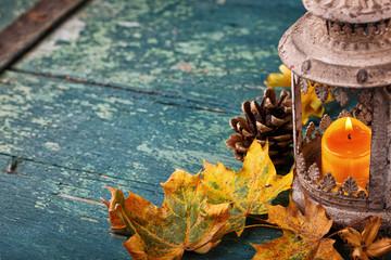 Herbst - Hintergrund mit Laterne auf Holz - Textfreiraum