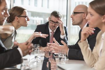Meeting von fünf Geschäftsleuten in Uneinigkeit