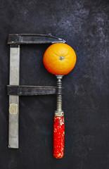 Orange in Schraubstock