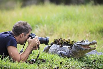 Südamerika, Brasilien, Mato Grosso do Sul, Pantanal, Fotograf und ein Brillenkaiman, Caiman yacare