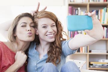 Zwei junge Freundinnen, Selfie mit Smartphone