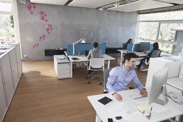 Vier Kollegen, im Großraumbüro