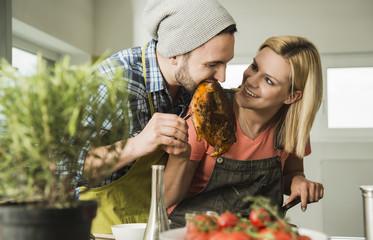 Paar in Küche, Steak aus der Pfanne