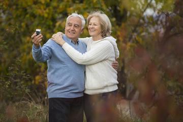 Senioren-Pärchen macht Selbstportrait mit Smartphone