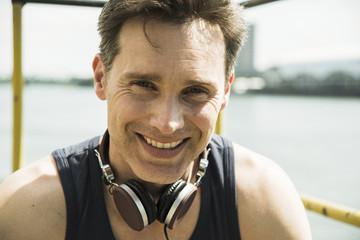 Lächelnder Mann mit Kopfhörern