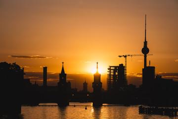 Deutschland, Berlin, Friedrichshain-Kreuzberg, Oberbaumbrücke und Spree, Berliner Fernsehturm im Hintergrund, bei Sonnenuntergang