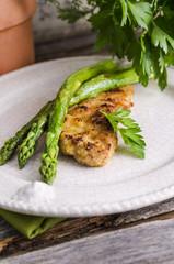 Gedünsteter grüner Spargel, Asparagus officinalis, und panierte Kalbsschnitzel