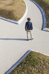 Deutschland, Baden-Württemberg, Teenager an der Kreuzung stehen