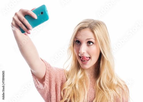 canvas print picture Mädchen macht Selfie und streckt Zunge heraus