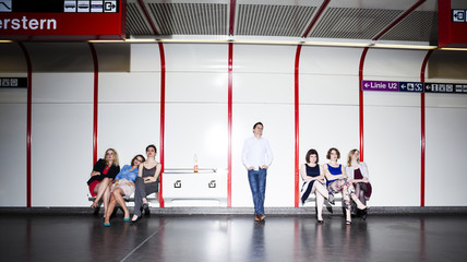 Gruppe von Freunden, müde, wartet in U-Bahn-Station