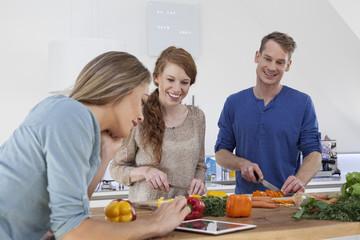 Drei Freunde, die zusammen kochen