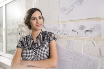 Junge Architektin im Büro