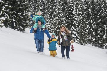 Österreich, Land Salzburg, Altenmarkt-Zauchensee, Familie läuft im Schnee