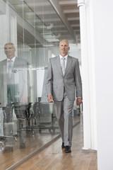 Geschäftsmann zu Fuß unterwegs im Bürogebäude
