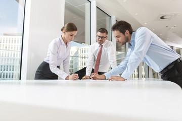 eine Gruppe von drei Geschäftsleute am Konferenztisch