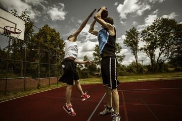 Zwei junge Basketball-Spieler bei Duell