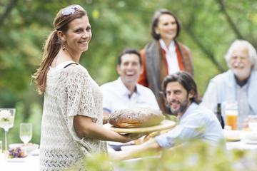 Menschen auf einer Gartenparty