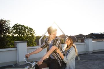 Glückliches Teenager-Pärchen im Freien auf dem Fahrrad