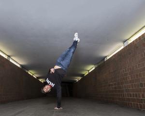 Junge Breakdancer in Unterführung