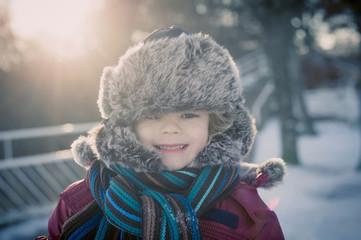Lächelnden Jungen im Winter im Freien, Portrait