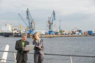 Business-Leute arbeiten im Hafen