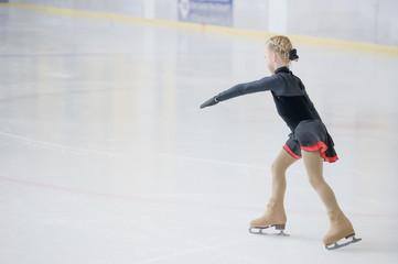 Junge Eiskunstläuferin, bei Wettbewerb