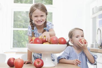 Mädchen isst Apfel