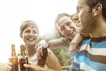 Drei Freunde entspannt mit Bierchen