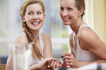 Mutter lackieret die Nägel ihrer Tochter