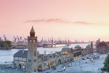 Deutschland, Hamburg, Landungsbrücken am Clocktower im Abendlicht