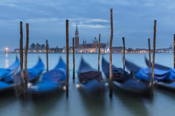 Italien, Venedig, Gondeln bei San Giorgio Maggiore in der Nacht