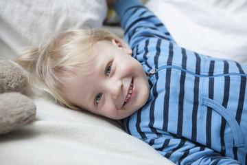 Lächelnder kleiner Jungen auf Decke