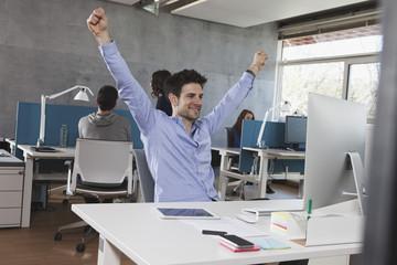 Erfolgreicher Mann an seinem Arbeitsplatz im Büro