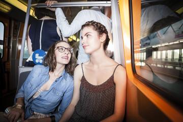 Zwei junge Frauen in einer U-Bahn