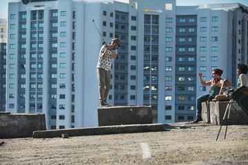 Freunde spielen Crossgolf in der Stadt