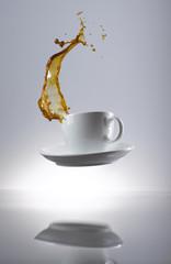 Kaffee spritzt in der Tasse