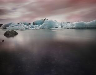 Island, South Island, Eis am Gletscher See Jokurlsarlon am Abend