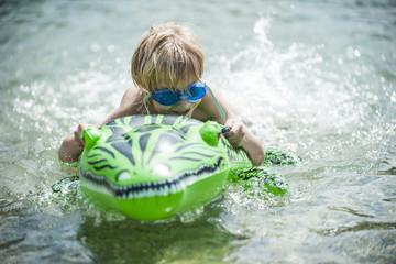 Junge beim Schwimmen mit Schwimm-Spielzeug
