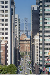 USA, Kalifornien, San Francisco, California Street mit Bay Bridge im Hintergrund