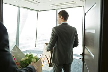 Geschäftsmann, Karton ins Büro tragen