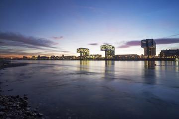 Deutschland, Nordrhein-Westfalen, Köln, Kranhäuser am Rheinauhafen in der Dämmerung